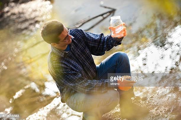 Hydro Biologe Überprüfung Qualität von Wasser