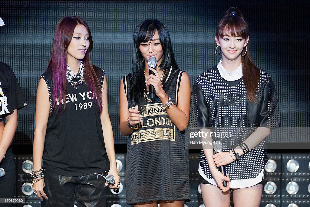 <a gi-track='captionPersonalityLinkClicked' href=/galleries/search?phrase=Hyorin&family=editorial&specificpeople=9128941 ng-click='$event.stopPropagation()'>Hyorin</a> (C) of South Korean girl group SISTAR attends during the SISTAR 2nd Album 'Give It To Me' Showcase at Lotte Card Art Hall on June 11, 2013 in Seoul, South Korea.