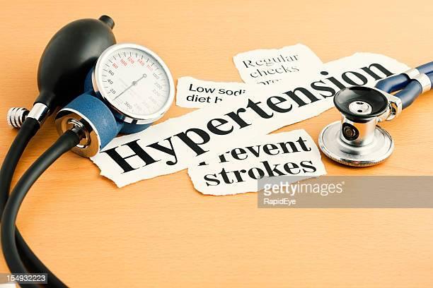 Bluthochdruck Schlagzeilen mit Stethoskop und Blutdruck messen Gerät