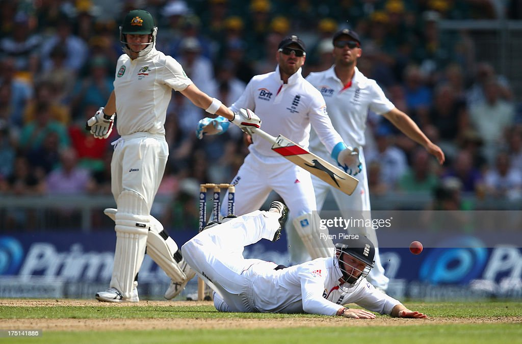 <a gi-track='captionPersonalityLinkClicked' href=/galleries/search?phrase=Ian+Bell&family=editorial&specificpeople=206128 ng-click='$event.stopPropagation()'>Ian Bell</a> of England attempts to catch Steve Smith of Australia during day one of the 3rd Investec Ashes Test match between England and Australia at Old Trafford Cricket Ground on August 1, 2013 in Manchester, England.