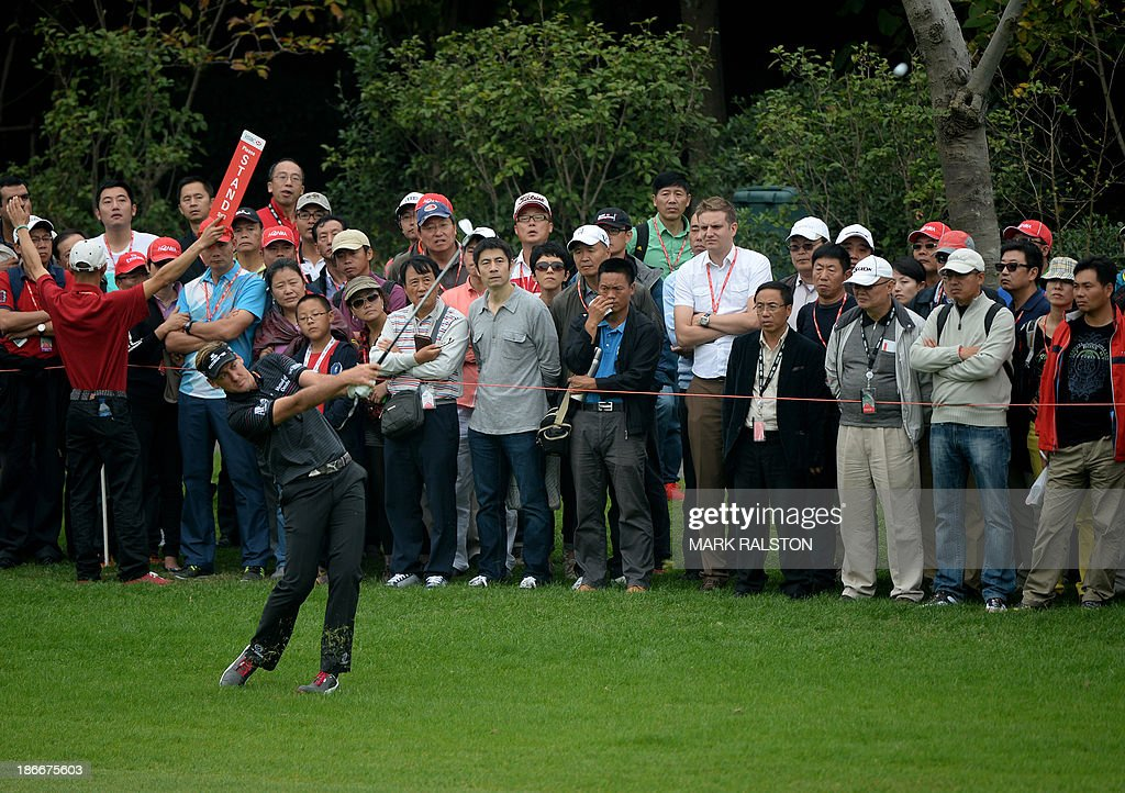 Ian Poulter of England (front L) plays from the rough at the 5th hole on the final day of the WGC-HSBC Champions tournament at the Shanghai Sheshan International Golf Club on November 3, 2013. AFP PHOTO/Mark RALSTON