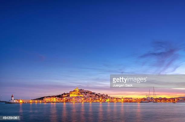 Ibiza au coucher du soleil au-dessus de ville d'Ibiza