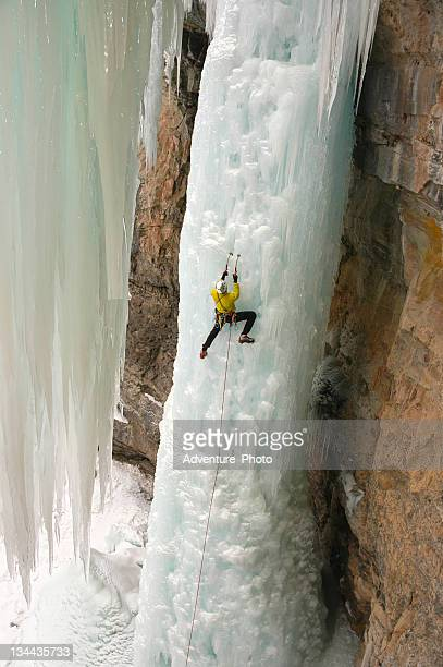 Eiskletterer Extreme Abenteurer auf steilen gefrorenen Wasserfall