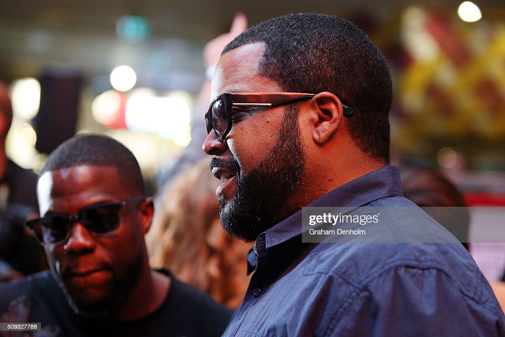 <a gi-track='captionPersonalityLinkClicked' href=/galleries/search?phrase=Ice+Cube+-+Artista&family=editorial&specificpeople=202098 ng-click='$event.stopPropagation()'>Ice Cube</a> (R) and Kevin Hart arrive ahead of the Ride Along 2 Australian Premiere at Hoyts Melbourne Central on February 10, 2016 in Melbourne, Australia.