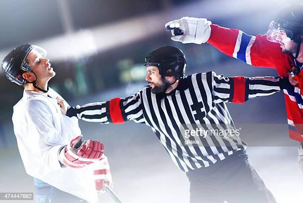 Lotta hockey su ghiaccio.
