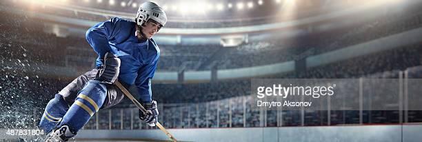 Giocatore di hockey su ghiaccio in azione