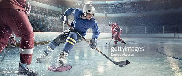 Jugadores en acción de hockey sobre hielo