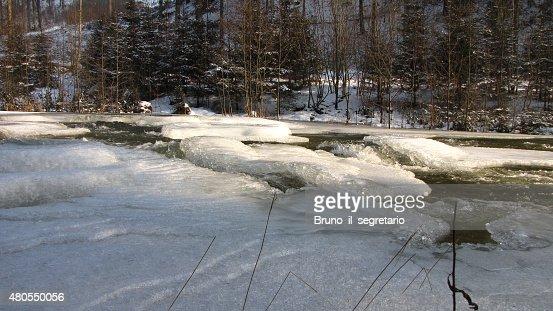 Gelo no Rio Waldaist, perto de Pregarten, Áustria : Foto de stock