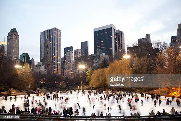 Di pattinaggio su ghiaccio nel parco centrale