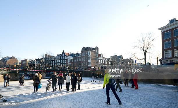 Patin à glace sur les canaux d'Amsterdam