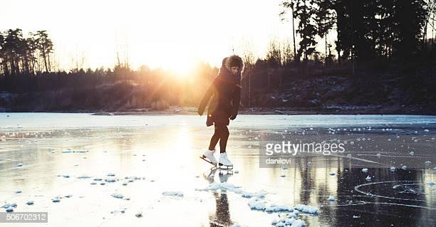 Di pattinaggio sul ghiaccio sul lago ghiacciato