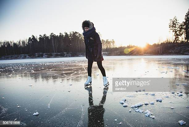 Eislaufen auf den gefrorenen lake