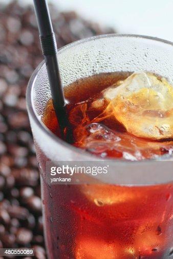 Café Gelado com uma Palhinha de Beber : Foto de stock