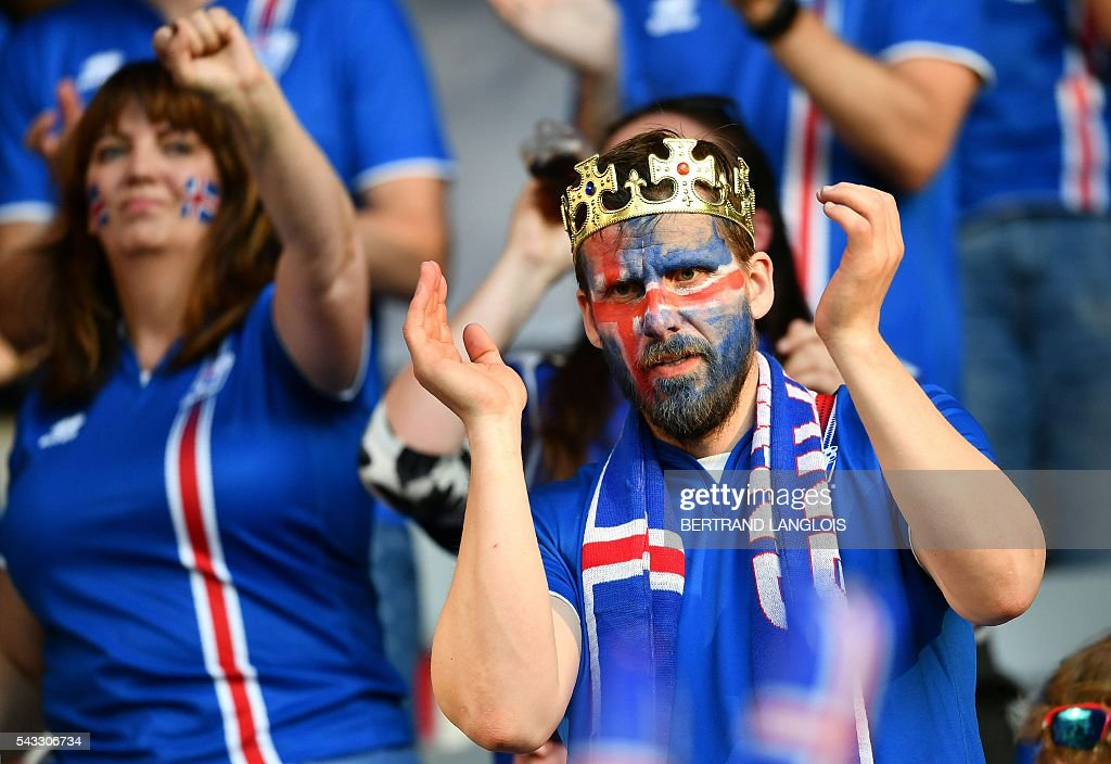 Iceland supporters applaud prior to the Euro 2016 round of 16 football match between England and Iceland at the Allianz Riviera stadium in Nice on June 27, 2016. / AFP / BERTRAND