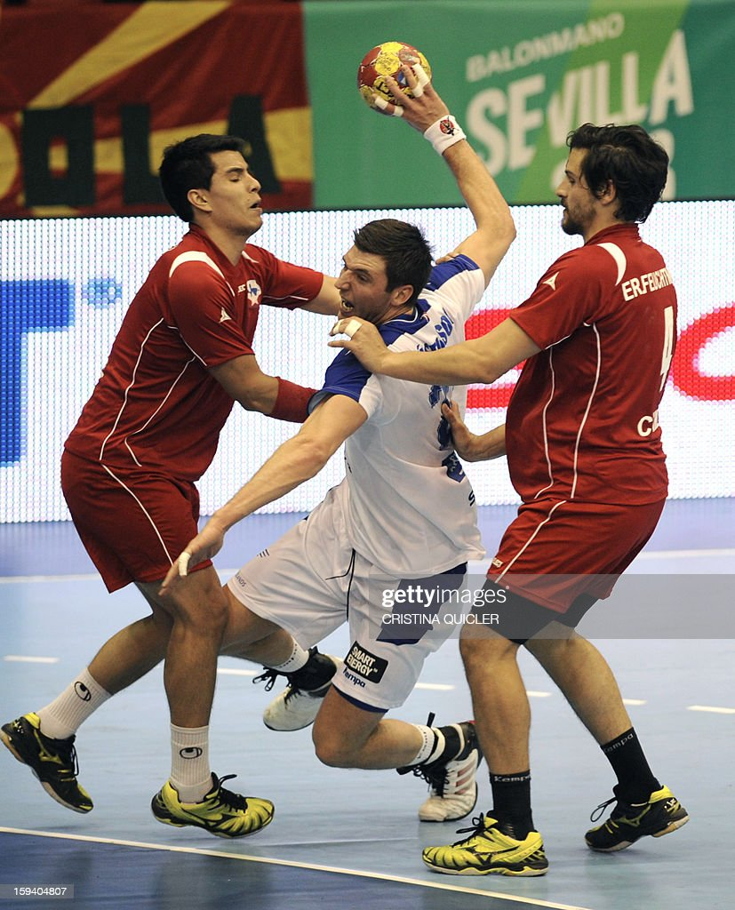 Iceland's back Vignir Svavarsson (c) vies with Chile's back Erwim Jan Feuchtmann (R) during the 23rd Men's Handball World Championships preliminary round Group B match Chile vs Iceland at the Palacio de Deportes San Pablo in Sevilla on January 13, 2013.AFP PHOTO / CRISTINA QUICLER