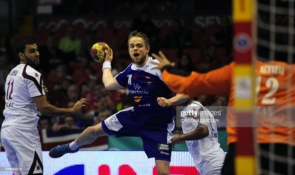 Iceland's centre back Snorri Steinn Gudjonsson (C) vies with Qatar's goalkeeper Mohsin Yafai (R) during the 23rd Men's Handball World Championships preliminary round Group B match Iceland vs Qatar at the Palacio de Deportes San Pablo in Sevilla on January 18, 2013.
