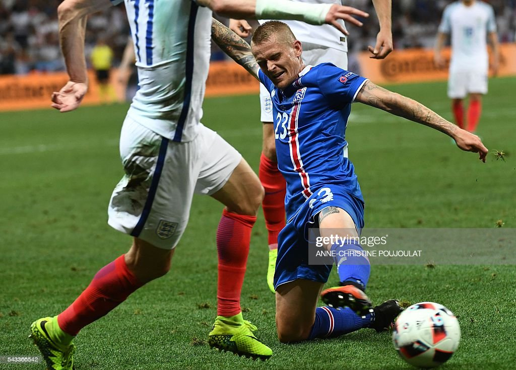 Iceland's defender Ari Skulason (R) vies for the ball with England's forward Jamie Vardy during Euro 2016 round of 16 football match between England and Iceland at the Allianz Riviera stadium in Nice on June 27, 2016. / AFP / ANNE