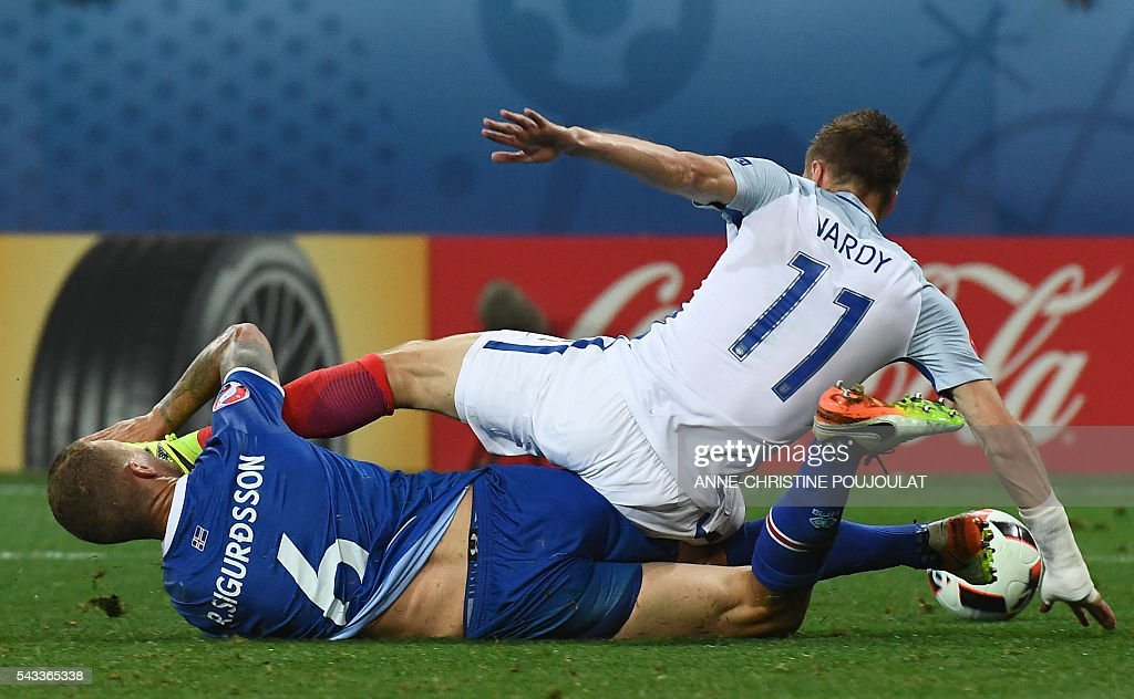 Iceland's defender Ragnar Sigurdsson (L) and England's forward Jamie Vardy vie for the ball during Euro 2016 round of 16 football match between England and Iceland at the Allianz Riviera stadium in Nice on June 27, 2016. / AFP / ANNE