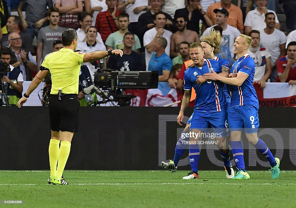Iceland's defender Ragnar Sigurdsson (L) and Iceland's forward Kolbeinn Sigthorsson (R) celebrate a goal during Euro 2016 round of 16 football match between England and Iceland at the Allianz Riviera stadium in Nice on June 27, 2016. / AFP / TOBIAS