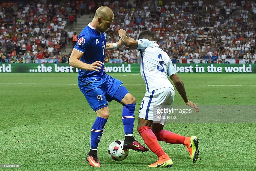 Iceland's forward Johann Berg Gudmundsson (L) vies for the ball against England's defender Danny Rose during Euro 2016 round of 16 football match between England and Iceland at the Allianz Riviera stadium in Nice on June 27, 2016. / AFP / PAUL