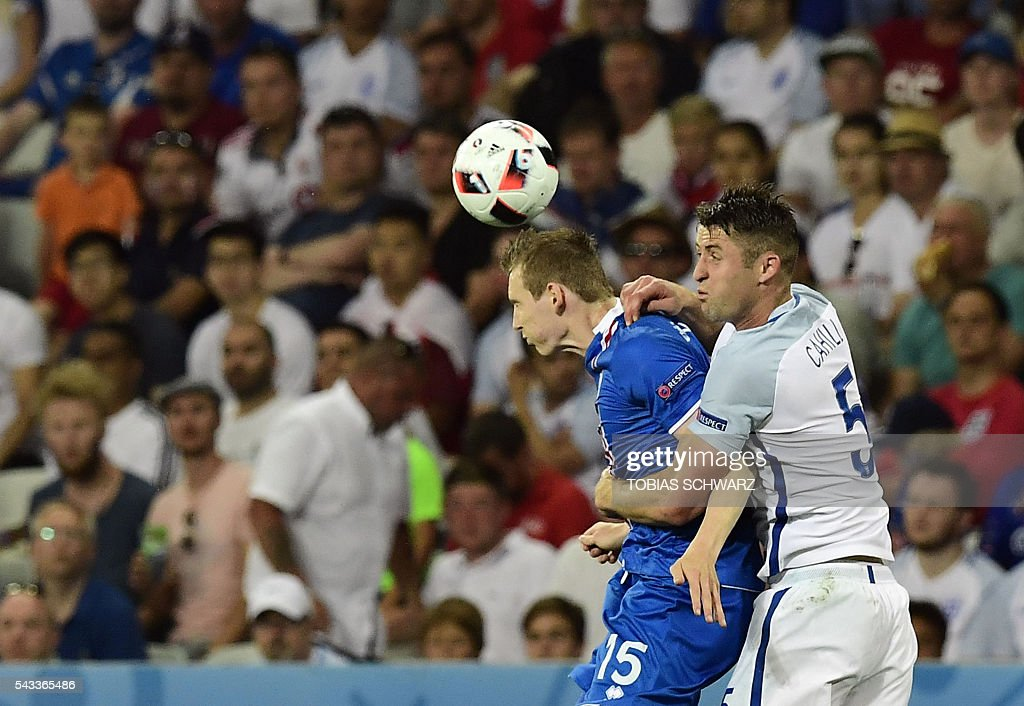 Iceland's forward Jon Dadi Bodvarsson (L) vies for the ball agansit England's defender Gary Cahill during Euro 2016 round of 16 football match between England and Iceland at the Allianz Riviera stadium in Nice on June 27, 2016. / AFP / TOBIAS