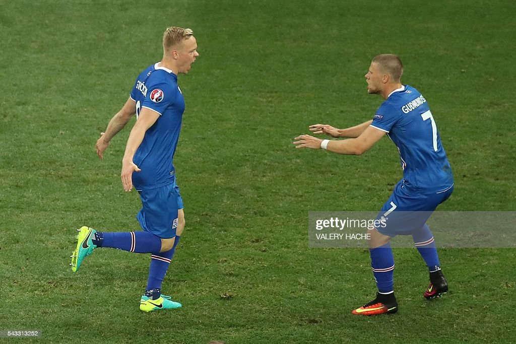 Iceland's forward Kolbeinn Sigthorsson celebrates after scoring a goal with team mates during the Euro 2016 round of 16 football match between England and Iceland at the Allianz Riviera stadium in Nice on June 27, 2016. / AFP / Valery HACHE