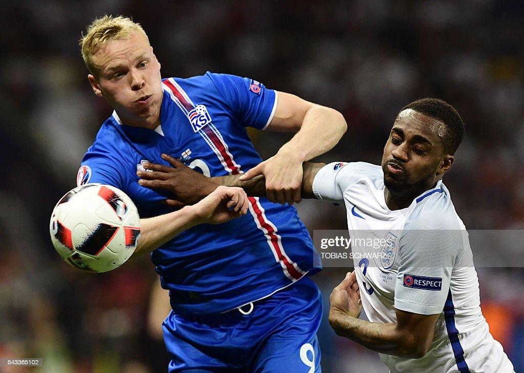 Iceland's forward Kolbeinn Sigthorsson (L) vies for the ball against England's defender Danny Rose during Euro 2016 round of 16 football match between England and Iceland at the Allianz Riviera stadium in Nice on June 27, 2016. / AFP / TOBIAS