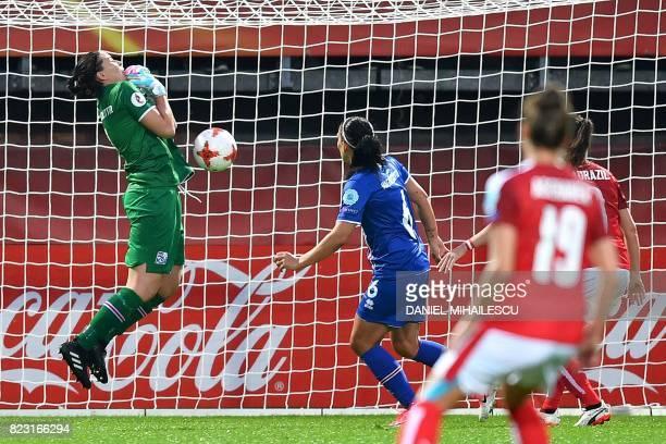 Iceland's goalkeeper Gudbjorg Gunnarsdottir drops the ball minutes before Austria's Sarah Zadrazil scored during the UEFA Women's Euro 2017 football...