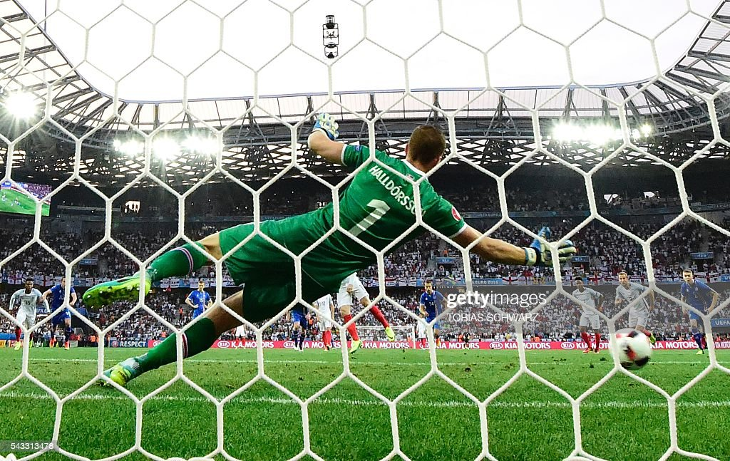 Iceland's goalkeeper Hannes Thor Halldorsson fails to save a penalty as England scores the 1-0 during Euro 2016 round of 16 football match between England and Iceland at the Allianz Riviera stadium in Nice on June 27, 2016. / AFP / TOBIAS