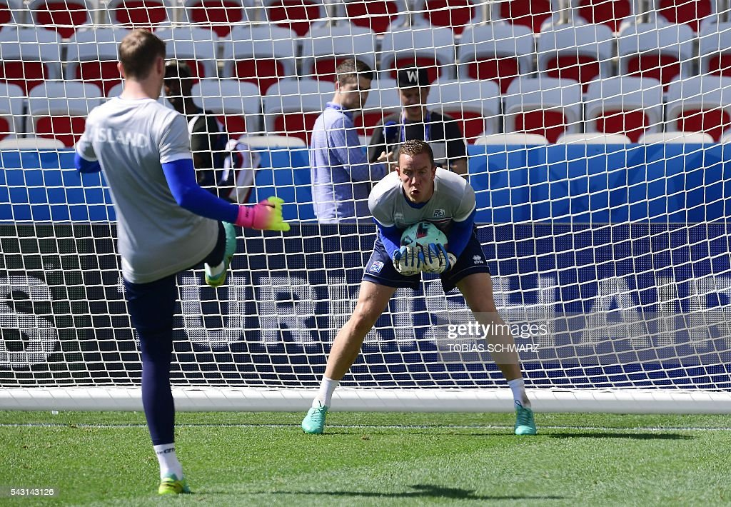 Iceland's goalkeeper Hannes Thor Halldorsson (R) takes part in a training session at the Allianz Riviera stadium in Nice, south east France, on June 26, 2016, during the Euro 2016 football tournament. / AFP / TOBIAS