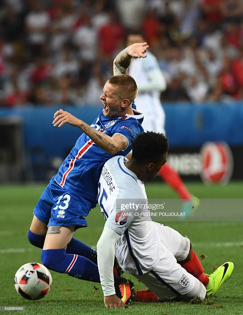 Iceland's goalkeeper Ingvar Jonsson (L) and England's forward Daniel Sturridge vie for the ball during Euro 2016 round of 16 football match between England and Iceland at the Allianz Riviera stadium in Nice on June 27, 2016. / AFP / ANNE