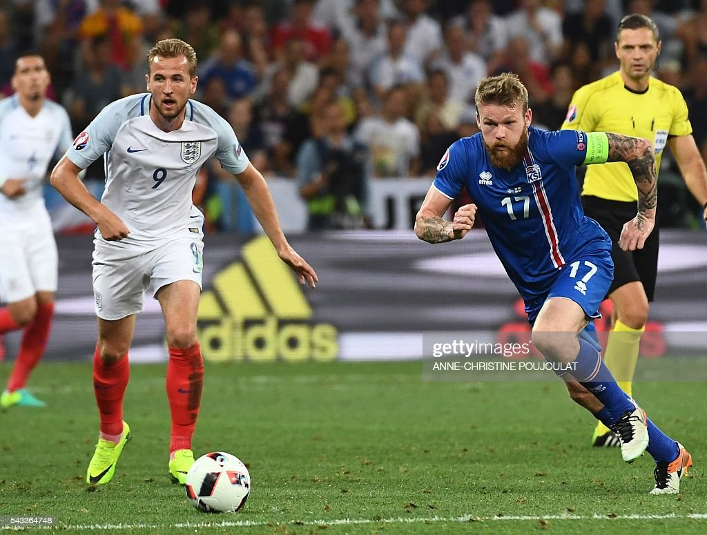 Iceland's midfielder Aron Gunnarsson (R) and England's forward Harry Kane vie for the ball during Euro 2016 round of 16 football match between England and Iceland at the Allianz Riviera stadium in Nice on June 27, 2016. / AFP / ANNE