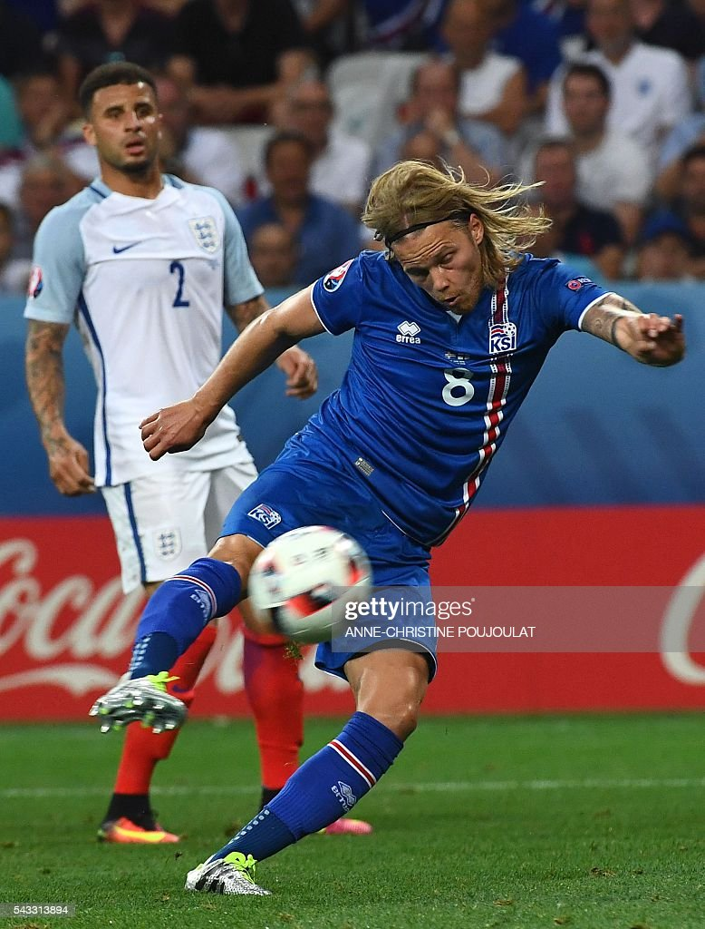 Iceland's midfielder Birkir Bjarnason (R) plays the ball during Euro 2016 round of 16 football match between England and Iceland at the Allianz Riviera stadium in Nice on June 27, 2016. / AFP / ANNE
