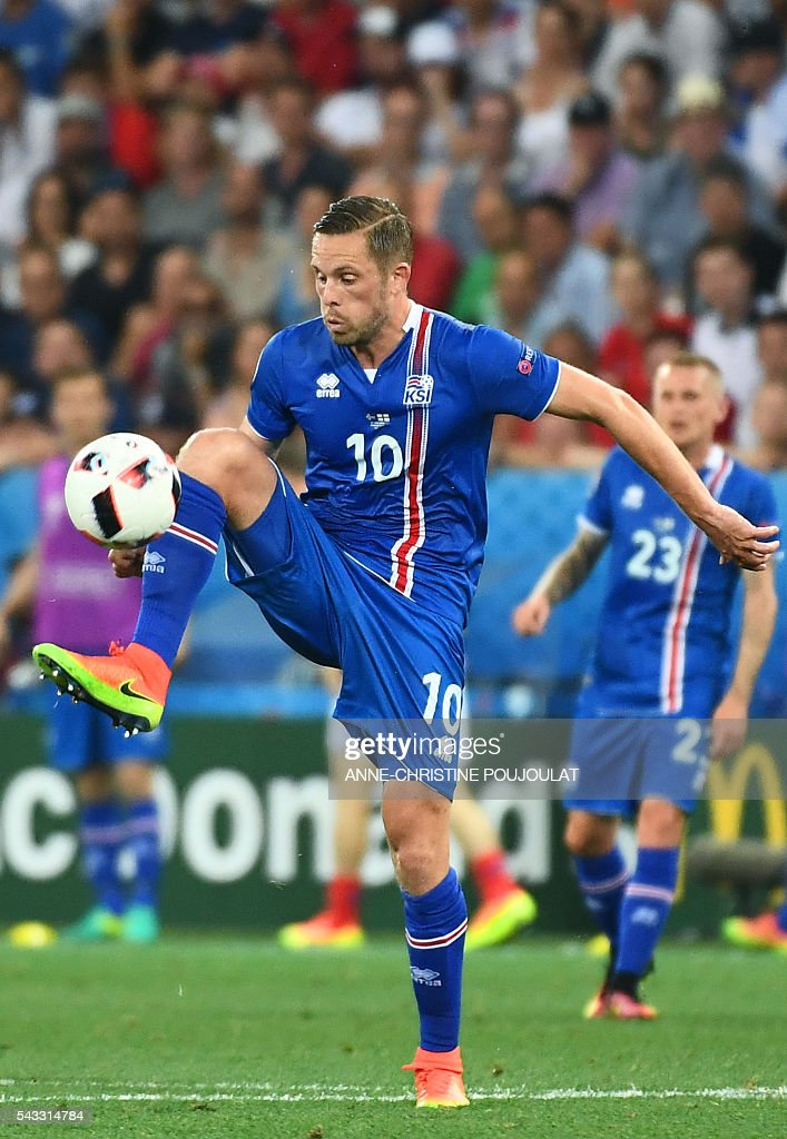 Iceland's midfielder Gylfi Sigurdsson plays the ball during Euro 2016 round of 16 football match between England and Iceland at the Allianz Riviera stadium in Nice on June 27, 2016. / AFP / ANNE