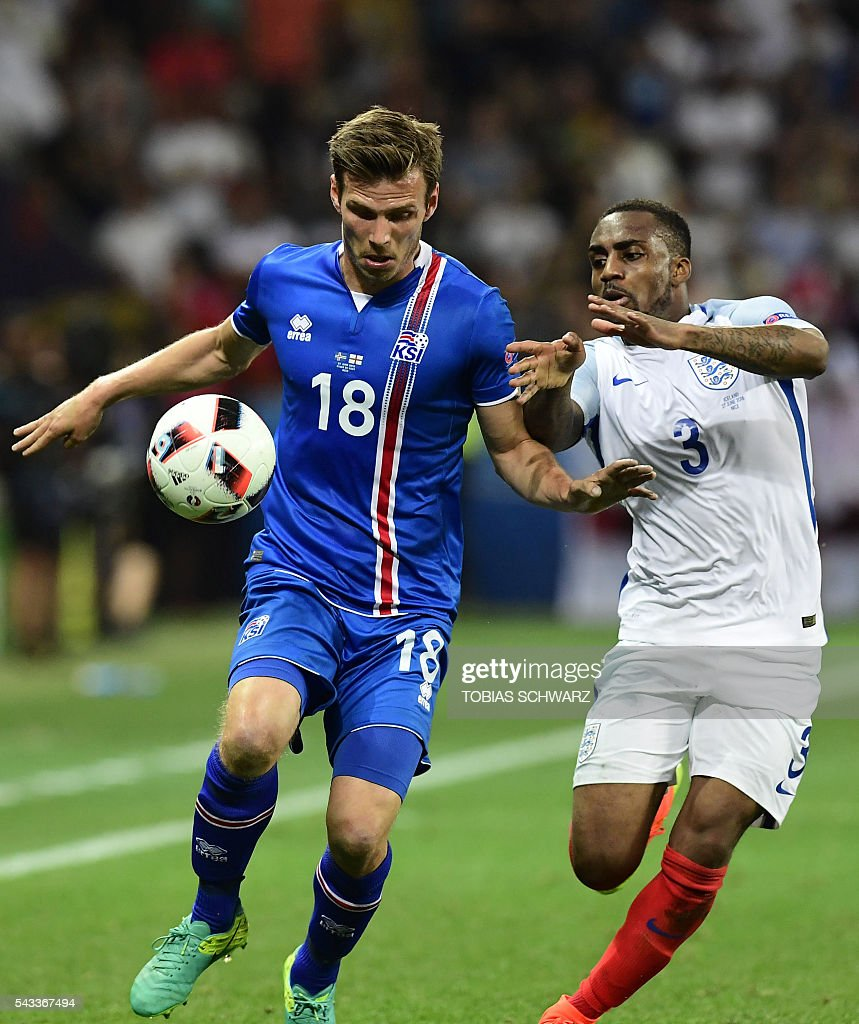 Iceland's midfielder Theodor Bjarnason (L) vies for the ball against England's defender Danny Rose during Euro 2016 round of 16 football match between England and Iceland at the Allianz Riviera stadium in Nice on June 27, 2016. / AFP / TOBIAS