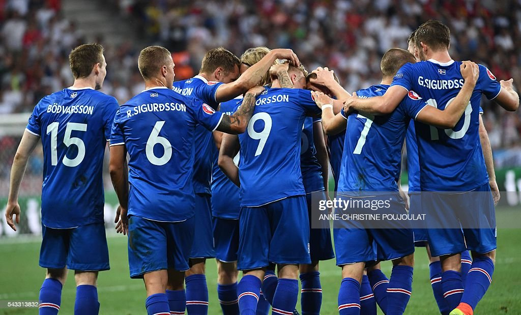 Iceland's players celebrate after scoring the 1-2 during Euro 2016 round of 16 football match between England and Iceland at the Allianz Riviera stadium in Nice on June 27, 2016. / AFP / ANNE
