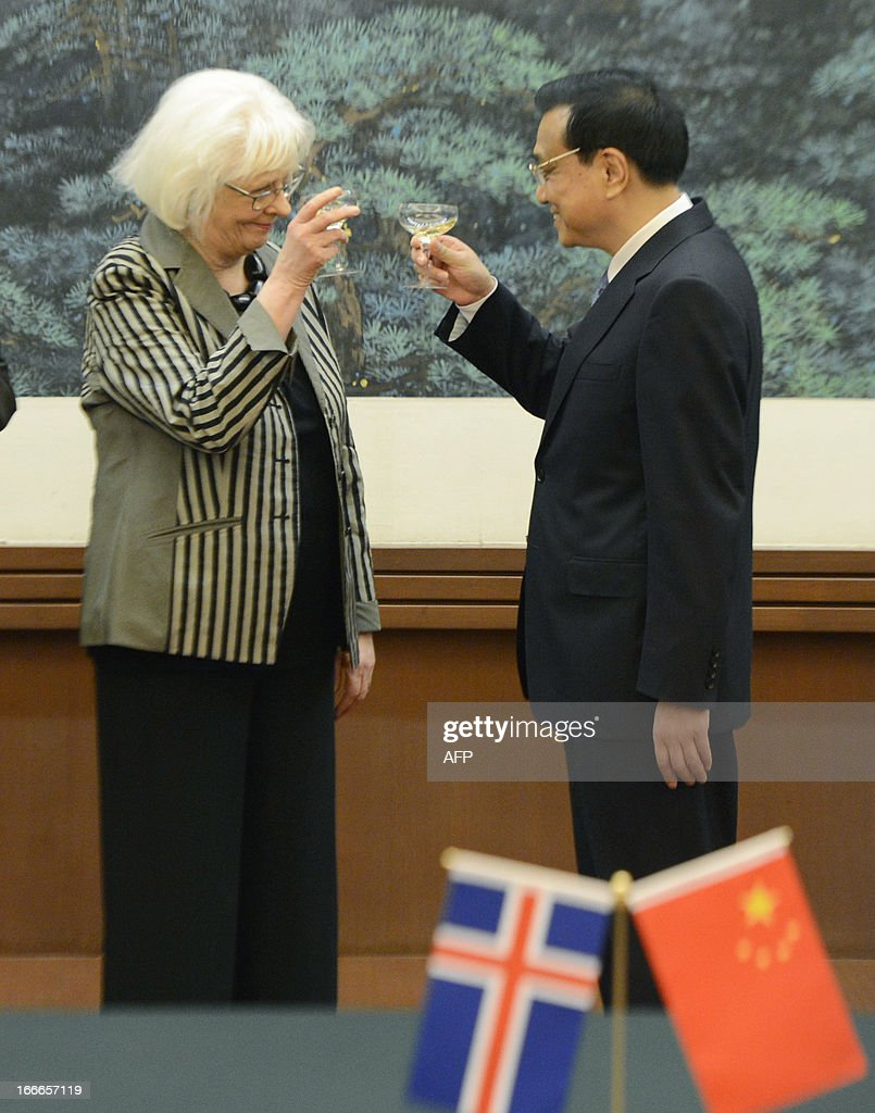 Iceland's prime minister Johanna Sigurdardottir (L) shares a toast with Chinese Premier Li Keqiang during a signing ceremony at the Great Hall of the People in Beijing on April 15, 2013. Sigurdardottir will also meet with former premier Wen Jiabao and President Xi Jinping, on a visit that will include the signing of a trade deal between Reykjavik and Beijing after six years of negotiations. AFP PHOTO / POOL / YOHSUKE MIZUNO