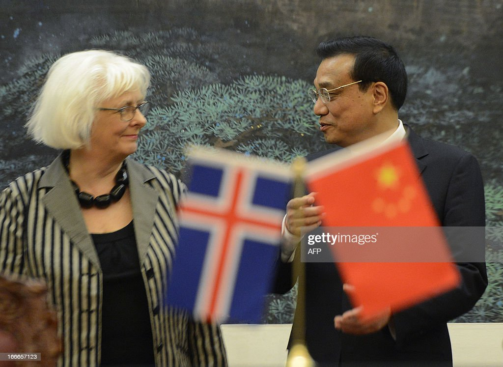 Iceland's prime minister Johanna Sigurdardottir (L) talks with Chinese Premier Li Keqiang during a signing ceremony at the Great Hall of the People in Beijing on April 15, 2013. Sigurdardottir will also meet with former premier Wen Jiabao and President Xi Jinping, on a visit that will include the signing of a trade deal between Reykjavik and Beijing after six years of negotiations. AFP PHOTO / POOL / YOHSUKE MIZUNO