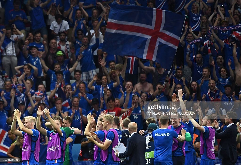 Iceland's team members celebrate after the Euro 2016 round of 16 football match between England and Iceland at the Allianz Riviera stadium in Nice on June 27, 2016. / AFP / ANNE