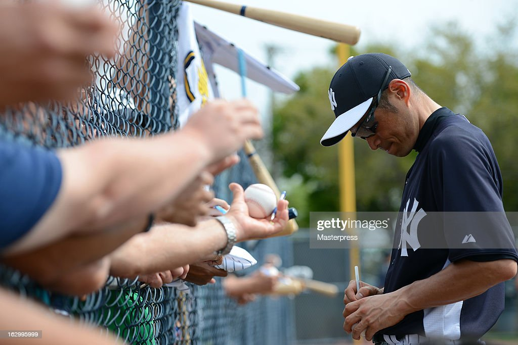 Ichiro Suzuki #31 of New York Yankees signs autographs for the fans during the New York Yankees spring training on February 25, 2013 in Tampa, Florida.