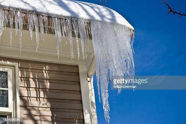 Icicles suspension d'un toit en hiver