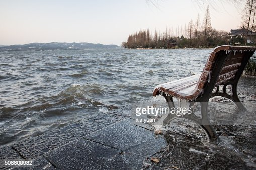 Icicles on bench against the Leifeng Pagoda by the West Lake,Hangzhou,Zhejiang,China : Foto de stock