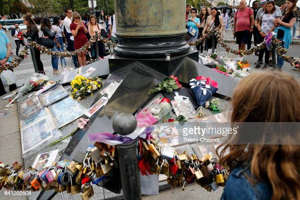 Iconic photos flowers and messages dedicated to pay homage to Diana Princess of Wales to the 20th anniversary of her death adorn the plinth of the...