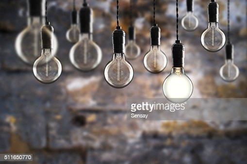 Idea e concetto di lavoro di squadra di lampadine su sfondo Vintage parete : Foto stock