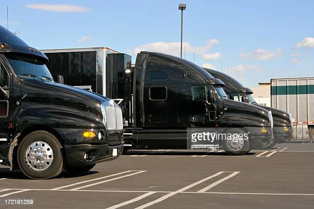 Identische Black Truck Taxis für Fracht