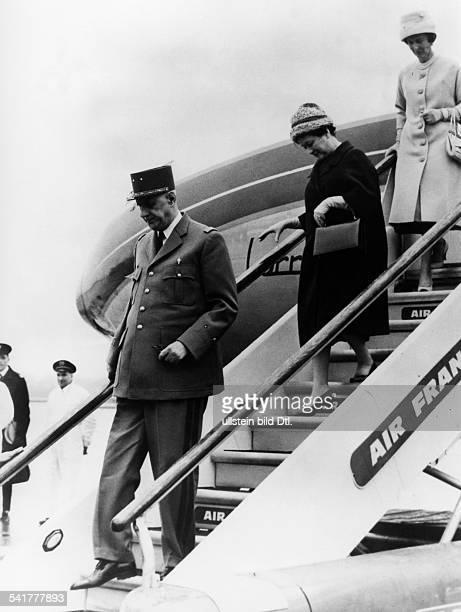 identisch mit Gaulle Charles *22111890Politiker General FrankreichStaatspraesident von 19591969 Staatsbesuch in Grossbritannien Ankunft auf dem...