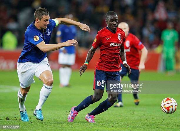 Idrissa Gueye of Lille is chased by Phil Jagielka during the UEFA Europa League Group H match between LOSC Lille and Everton at Grand Stade Lille...