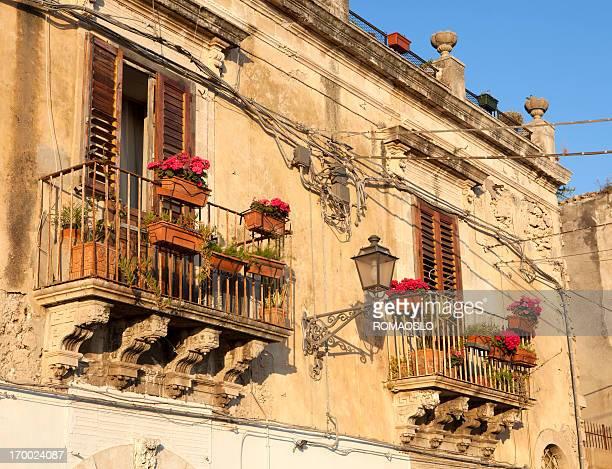 Idillio balconi e cavo elettrico caos di Siracusa, in Sicilia, Italia