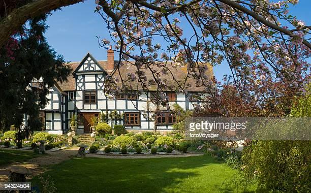 Idyllische Hause mit blossom