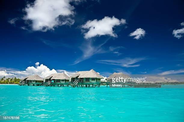 Idílico complejo turístico de la laguna de Bora Bora, que cuenta con